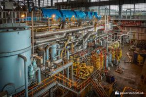 Turbine set with an array of associated equipment below