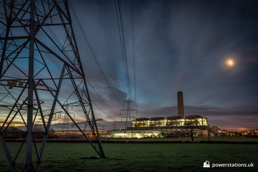 Pylon in front of the closed Longannet Power Station at night